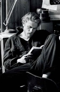 Charlie.Hunnam.Reading